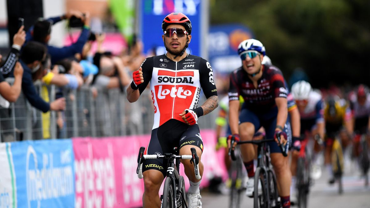 Caleb Ewan (vorne) jubelt über seinen Etappensieg beim Giro d'Italia