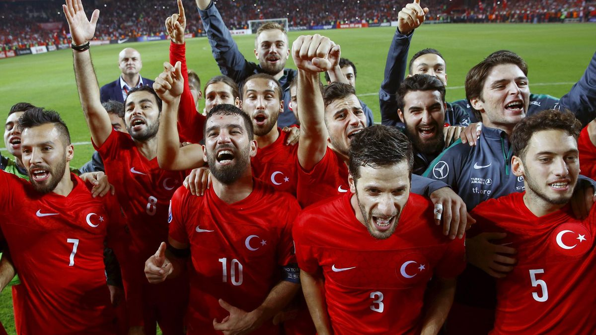 Turkey's players celebrate after winning their Euro 2016 Group A qualification soccer match against Iceland in Konya, Turkey, October 13, 2015. Turkey snatched automatic qualification for Euro 2016 as the best third-placed team with a last-gasp goal to se