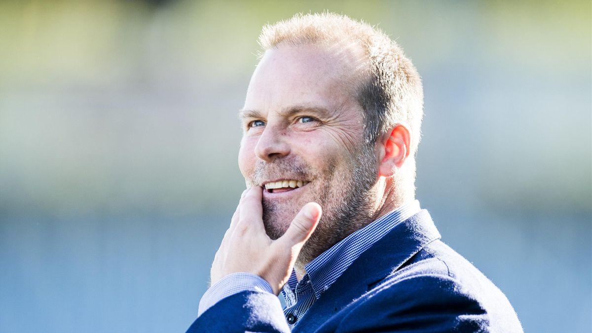 Sarpsborg 08s trener Geir Bakke under oppvarmingen til eliteseriekampen i fotball mellom Strømsgodset og Sarpsborg 08 på Marienlyst stadion.