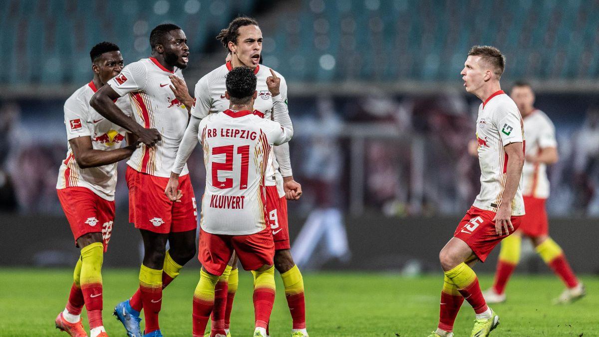 Leipzigs Yussuf Poulsen (Nr. 9) feiert mit seinen Teamkollegen das 2:2 gegen Borussia Mönchengladbach