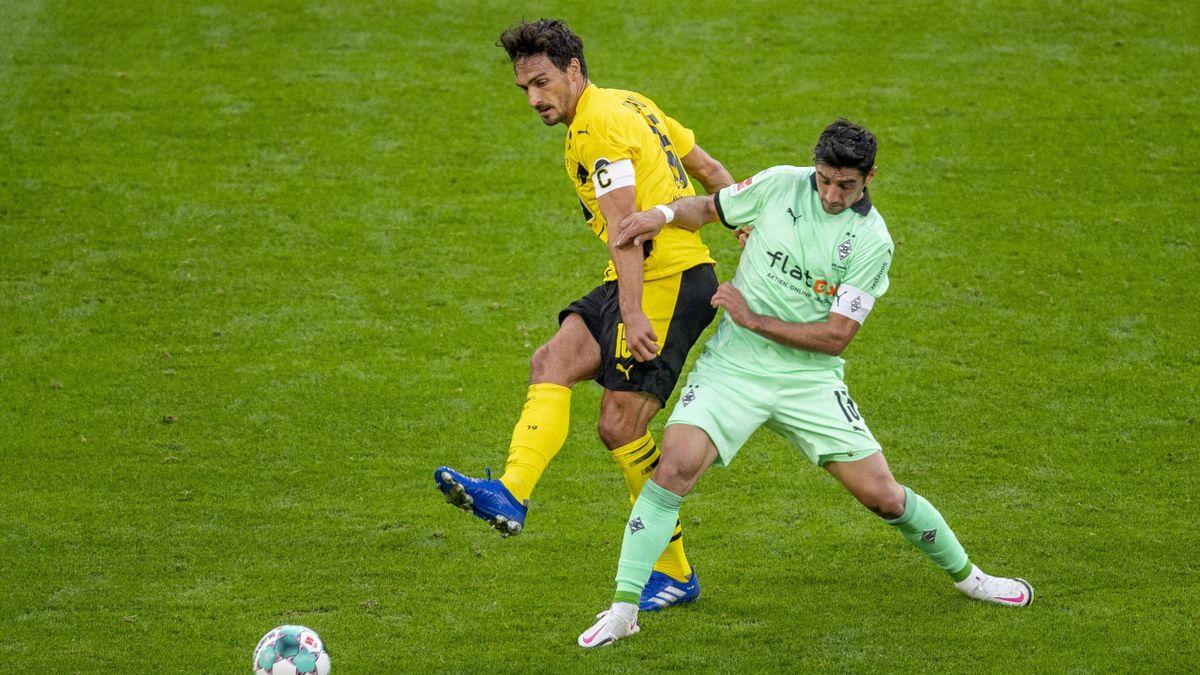 Mats Hummels (Borussia Dortmund; links) im Zweikampf mit Lars Stindl (Borussia Mönchengladbach)
