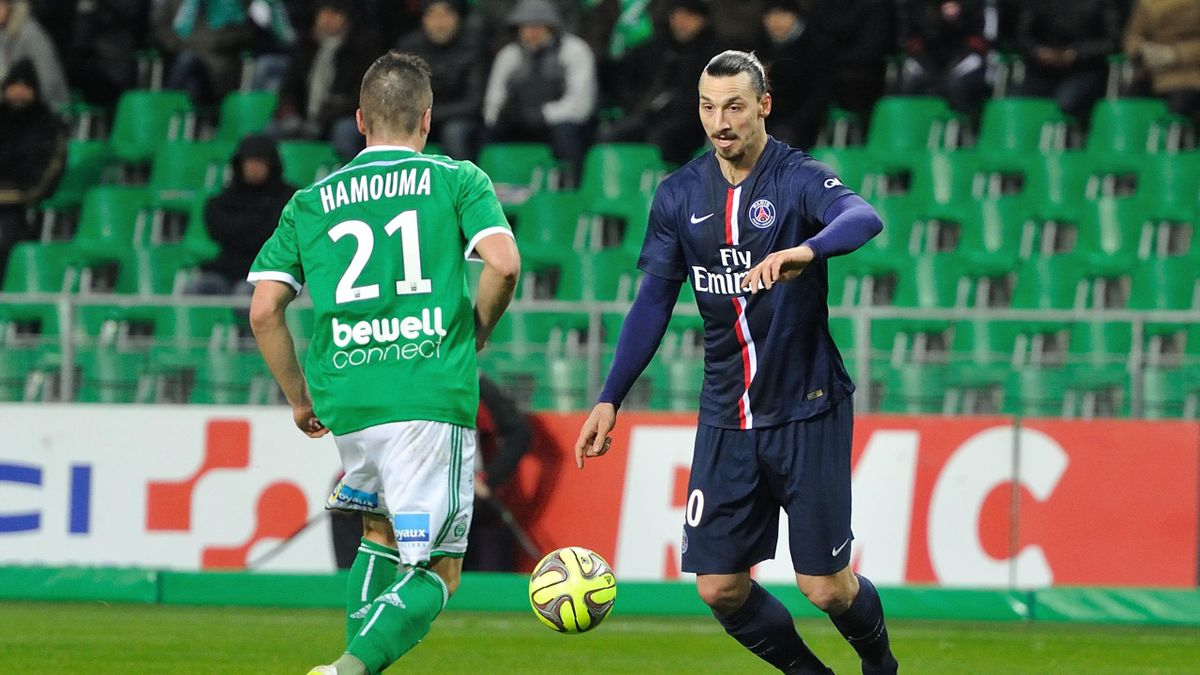 Zlatan Ibrahimovic en duel avec Romain Hamouma lors de Saint-Etienne - PSG.