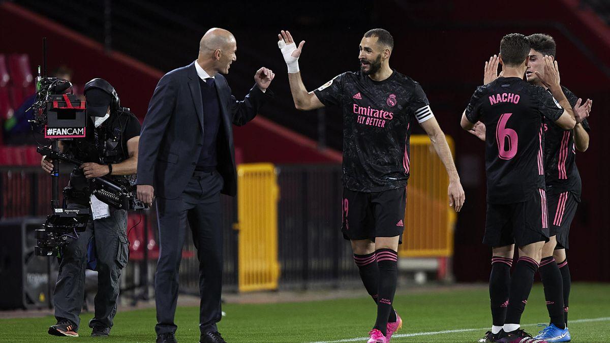 Trainer Zinédine Zidane (l.) und Karim Benzema von Real Madrid
