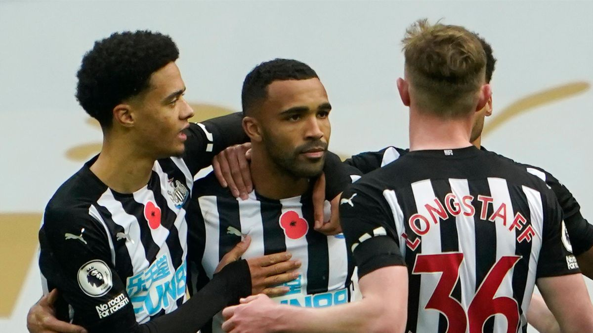 Newcastle United's English striker Callum Wilson (C) celebrates