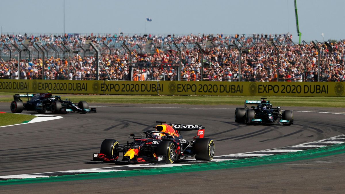 Max Verstappen im Red Bull (Mitte) vor den beiden Mercedes-Piloten Lewis Hamilton (r.) und Valtteri Bottas beim Sprintrennen in Silverstone