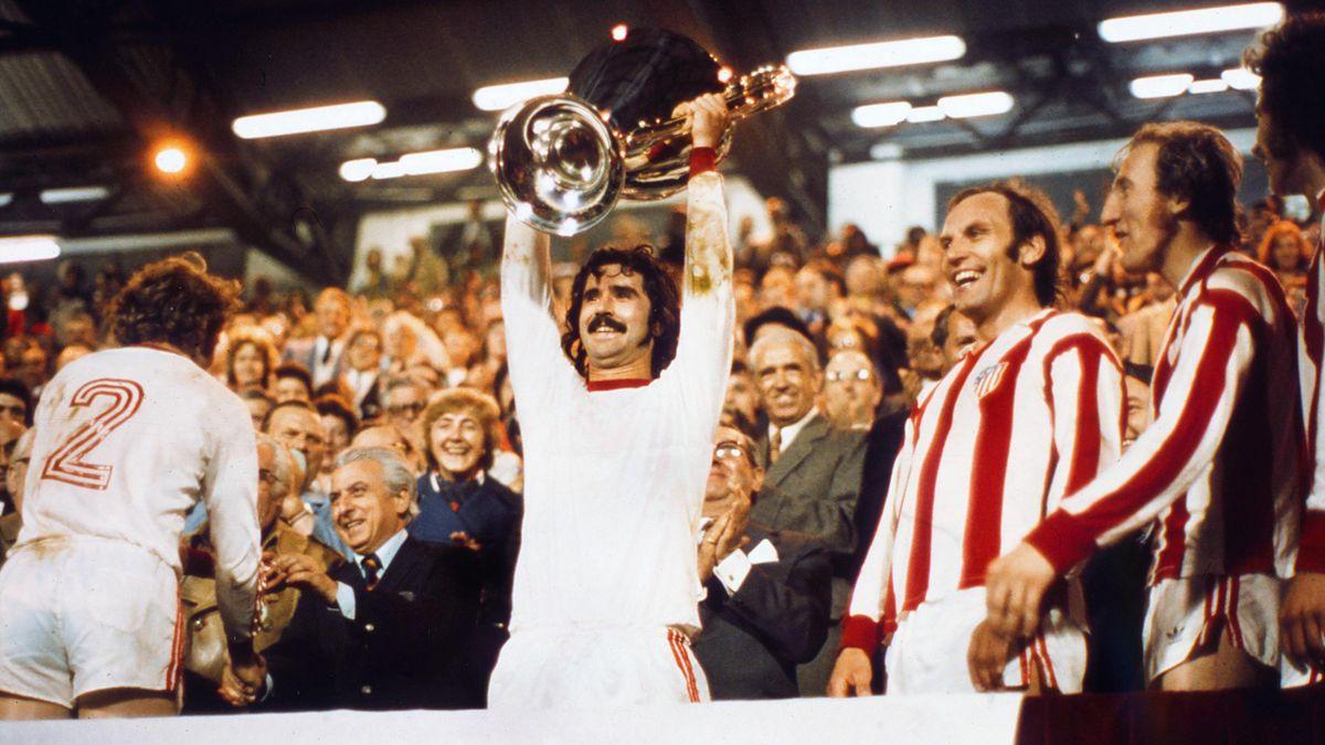 Gerd Müller mit dem Pokal