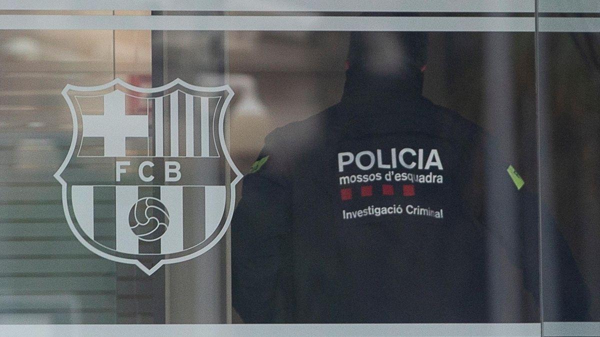 La policía realizando un registro en el Camp Nou