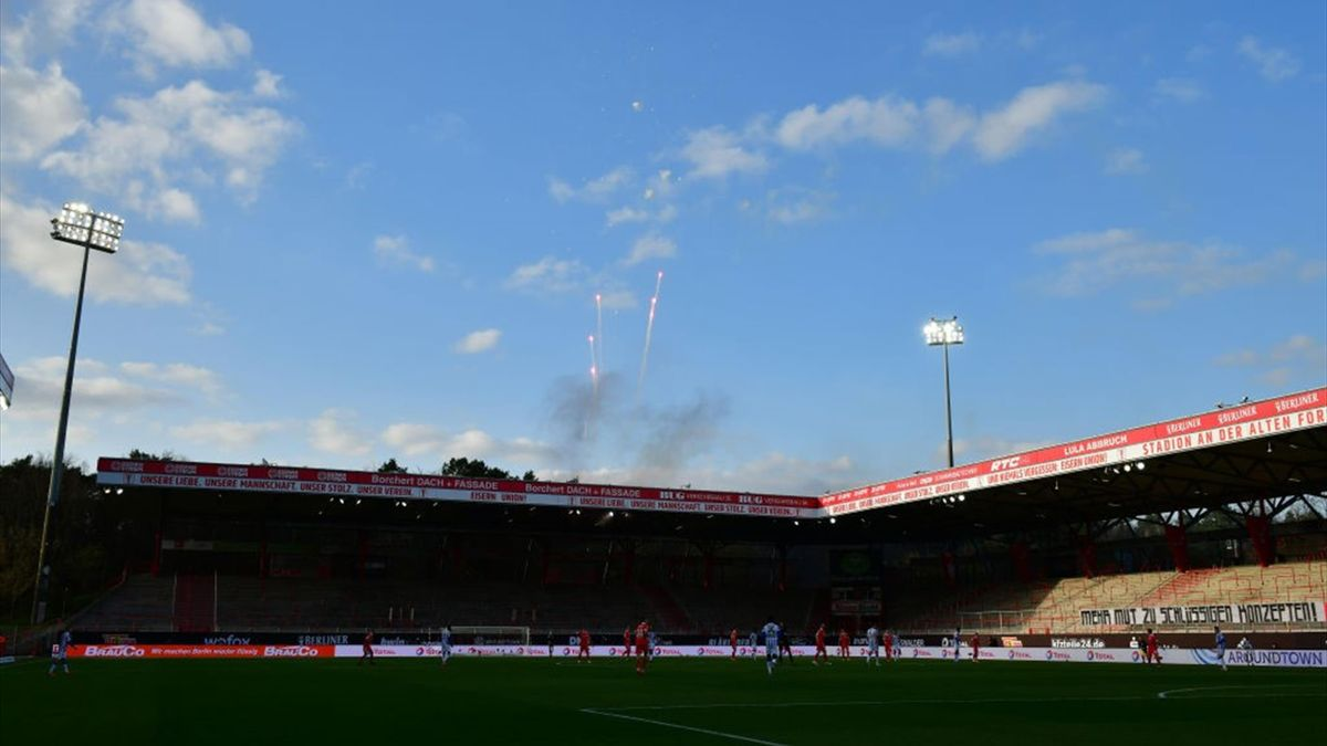 Zu Beginn des Derbys zwischen Union Berlin und Hertha BSC gab es außerhalb des Stadions ein Feuerwerk