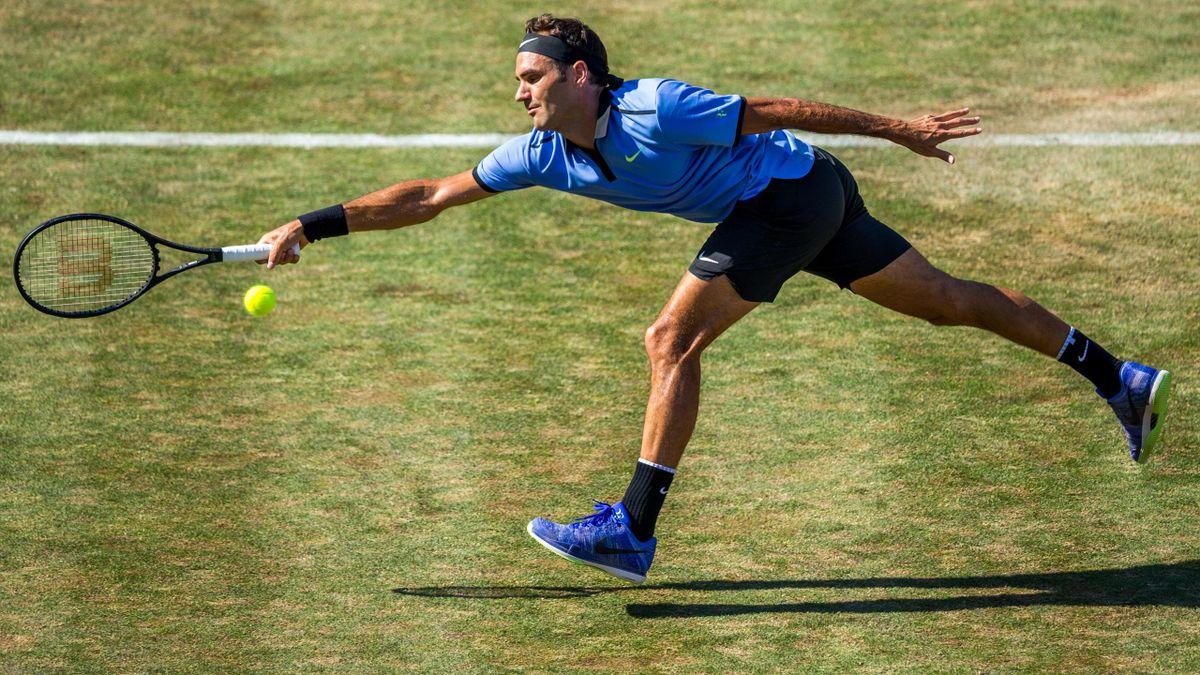 Roger Federer intenta golpear a la bola en su partido frente a Tommy Haas en Stuttgart