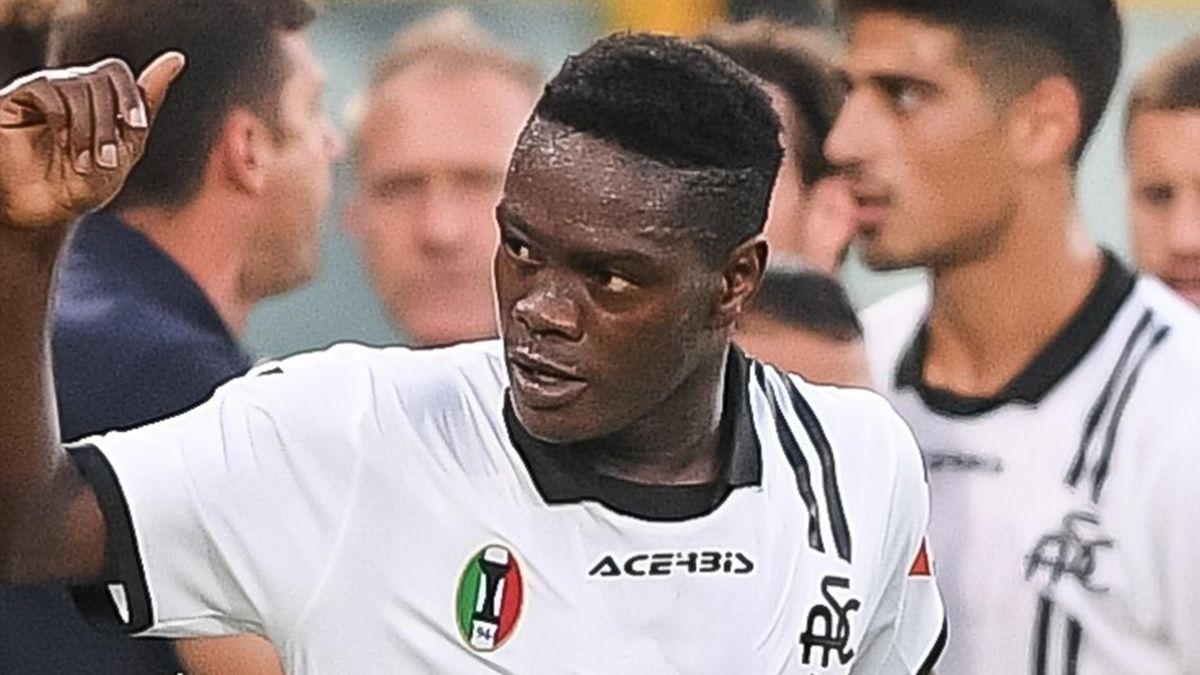 Emmanuel Gyasi celebrates scoring for Spezia against Juventus