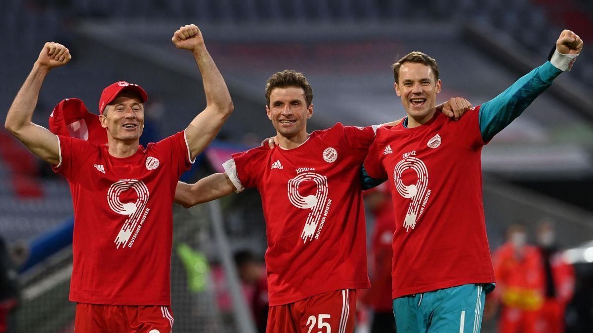 Robert Lewandowski, Thomas Müller und Manuel Neuer mit den Shirts zur neunten Bayern-Meisterschaft in Folge