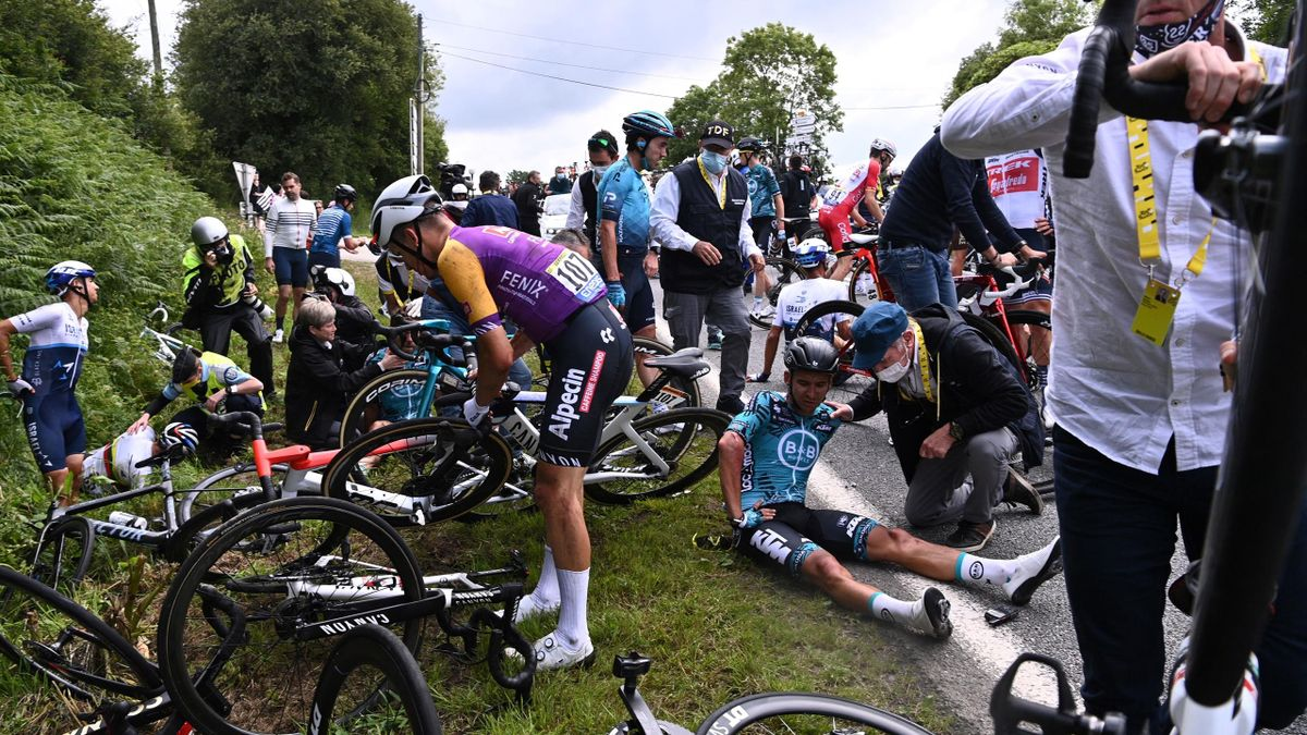 Masseveltet i første etappe av Tour de France 2021.