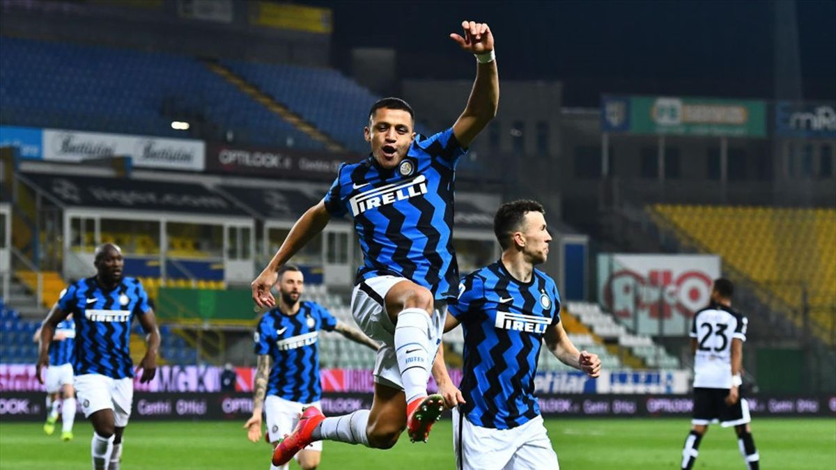 Alexis Sanchez of FC Internazionale celebrates after scoring his team's first goal during the Serie A match between Parma Calcio and FC Internazionale at Stadio Ennio Tardini on March 04, 2021 in Parma,
