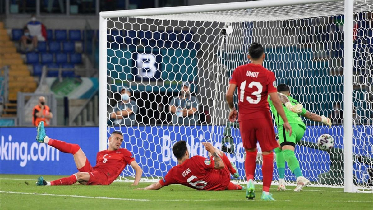 Dem türkischen Nationalspieler Merih Demiral (l.) unterlief im EM-Auftaktspiel gegen Italien ein Eigentor zum 0:1
