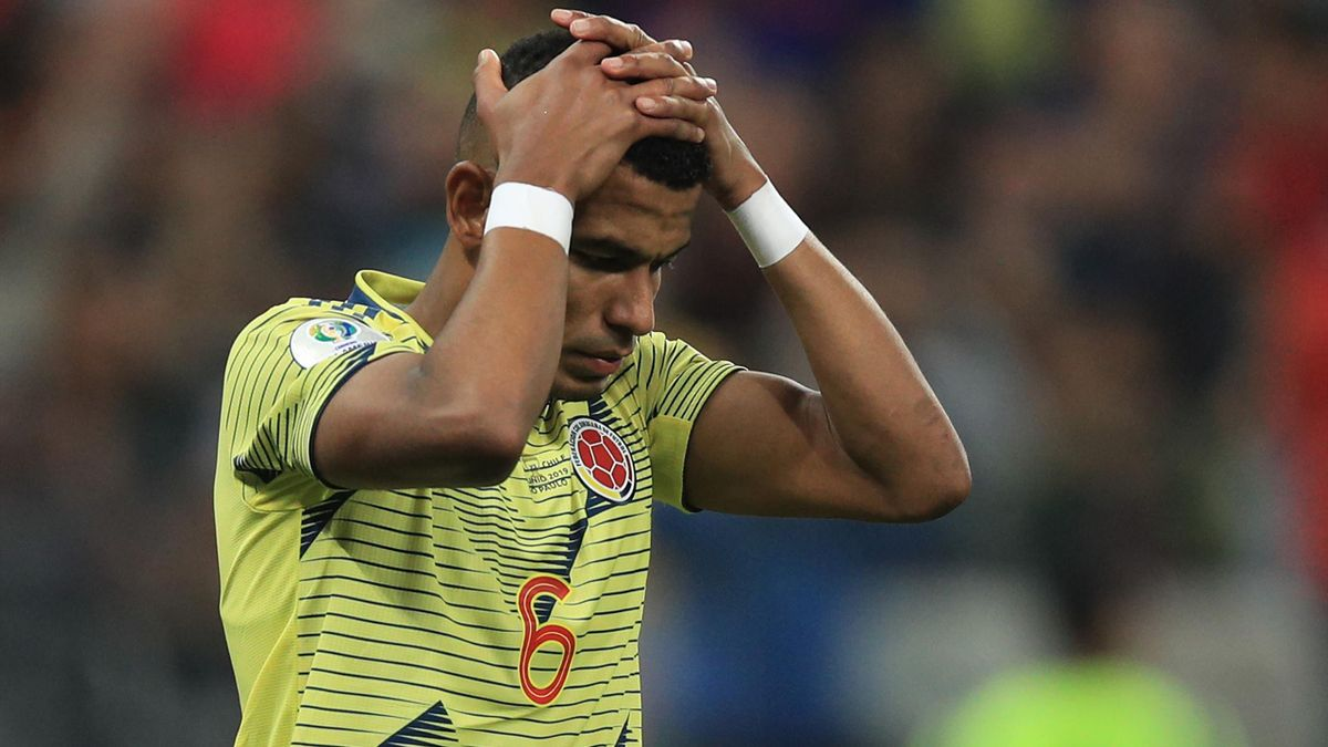 William Tesillo (Colombia) si dipera dopo l'errore dal dischetto decisivo nel quarto di finale di Copa America 2019 perso contro il Cile, Getty Images