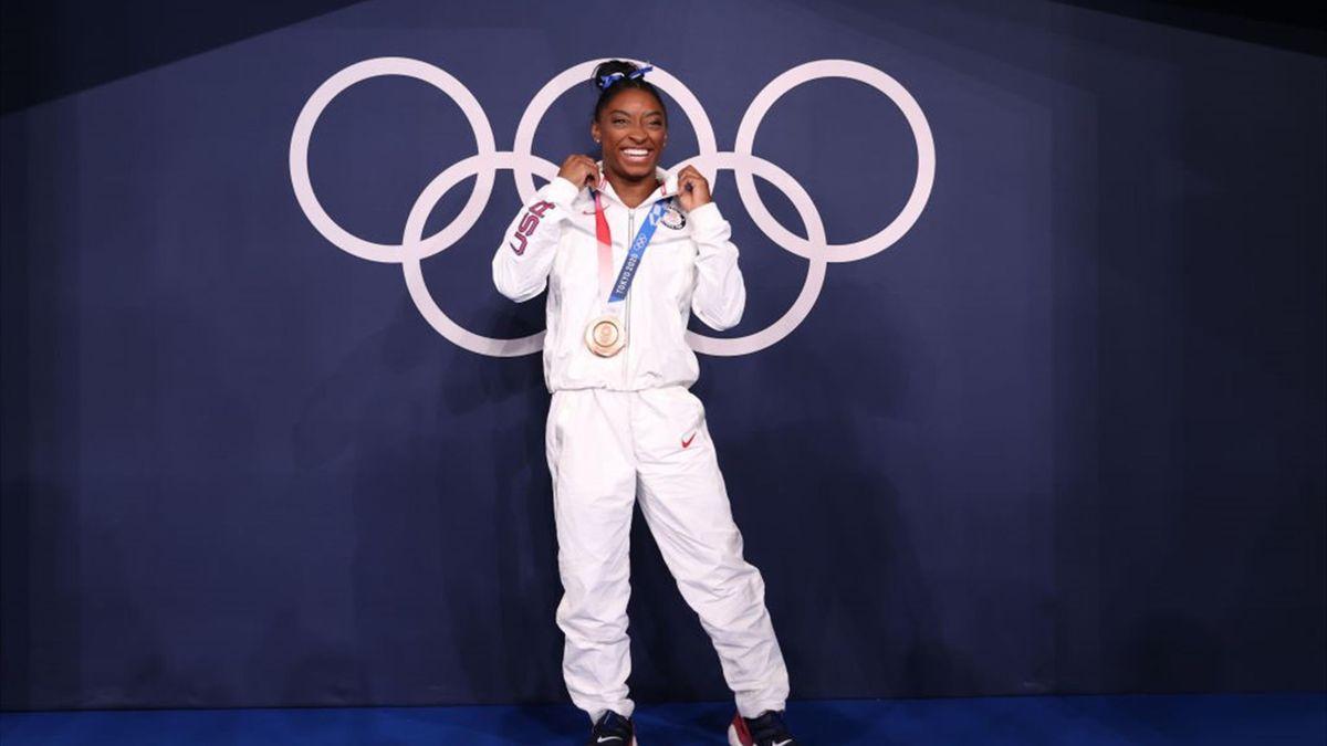 Simone Biles viert haar bronzen plak