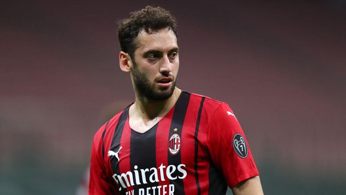 Hakan Calhanoglu con la maglia del Milan - Stagione 2020-21