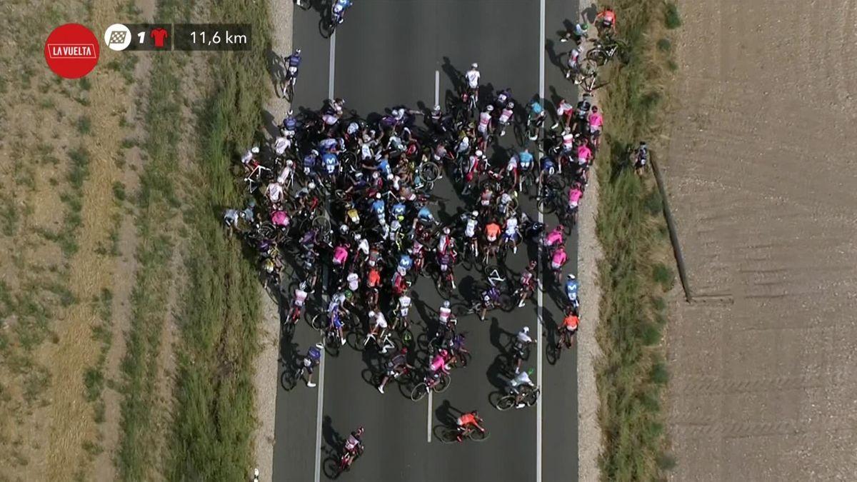 La Vuelta   Peloton klapt massaal tegen de grond tijdens vijfde etappe