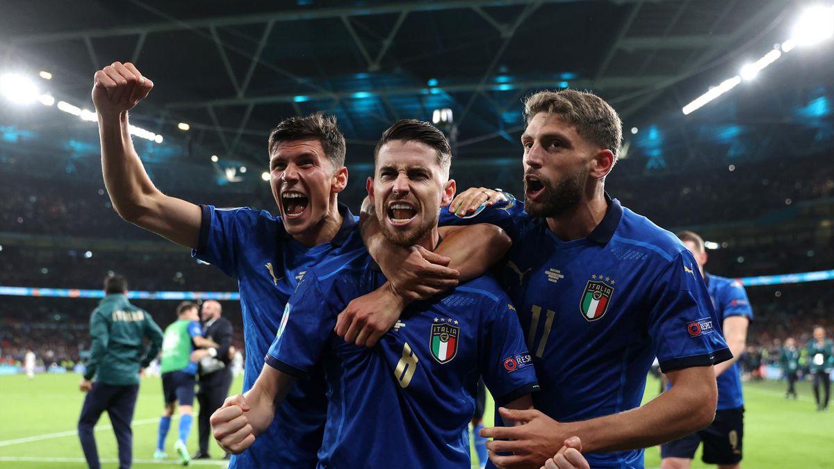 Jorginho, sărbătorind alături de Pessina și Berrardi victoria Italiei cu Spania din semifinalele EURO 2020