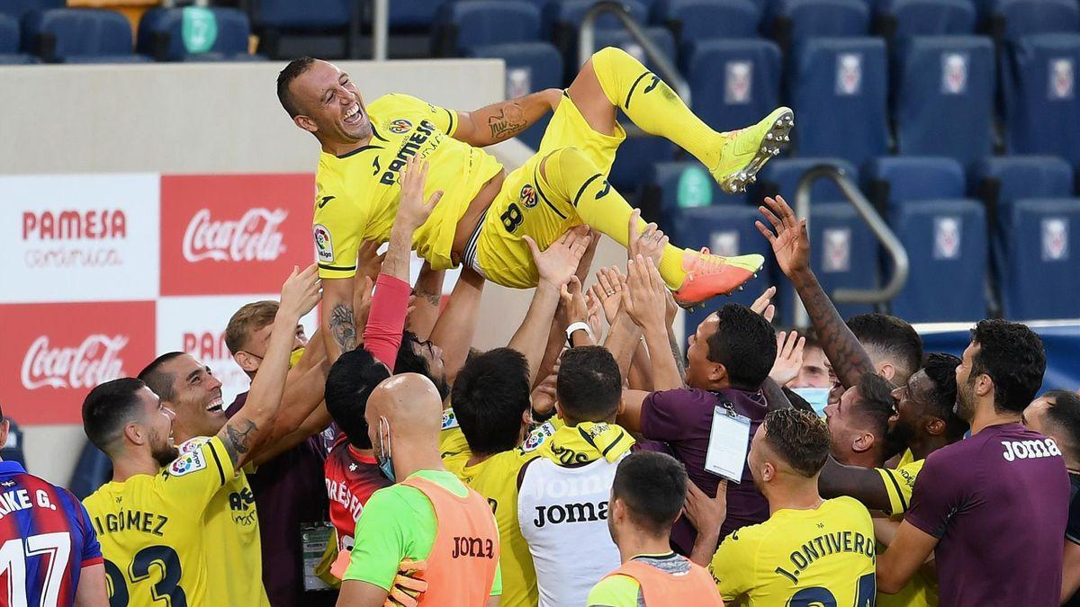 Santi Cazorla purtat pe brațe de colegi după ultimul meci pentru Villarreal