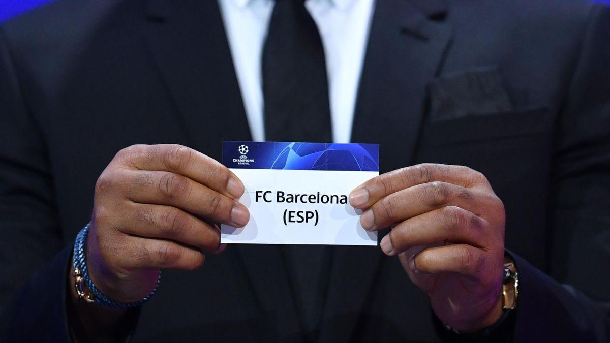 Didier Drogba pesca il Barcellona nella urna dei sorteggi di Champions League 2020-21, Getty Images