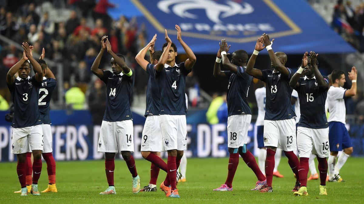 Raphaël Varane et les joueurs de l'équipe de France après la victoire face au Portugal - 2014