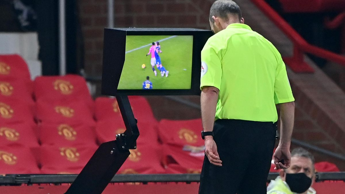 Mike Dean a acordat un penalty controversat pentru United