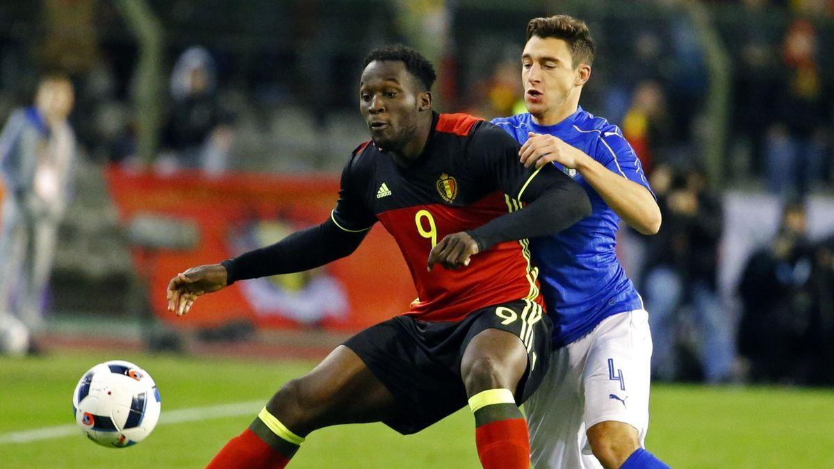 Romelu Lukaku (L) in action against Italy's Matteo Darmian