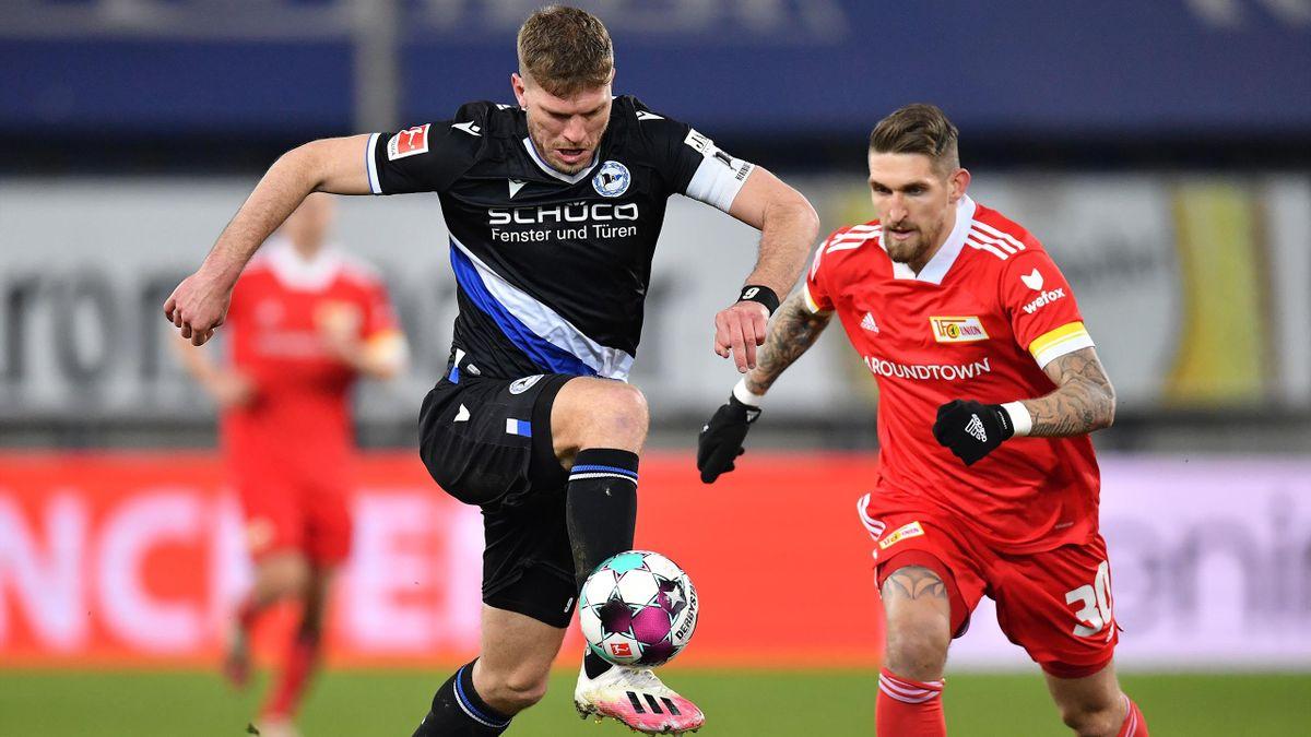 Bielefelds Fabian Klos (links) gegen Unions Robert Andrich im Zweikampf