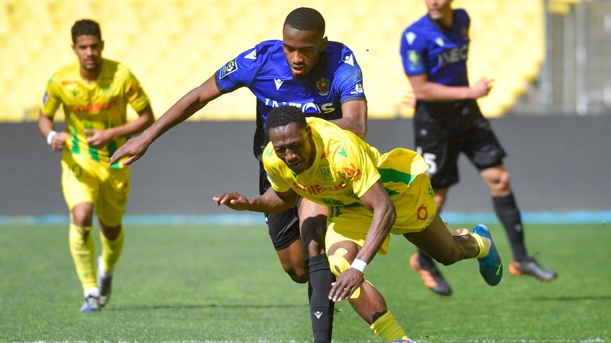 Nice's French forward Myziane Maolida (L) fights for the ball with Nantes' Malian defender Charles Traore during the French L1 football match between FC Nantes and OGC Nice a