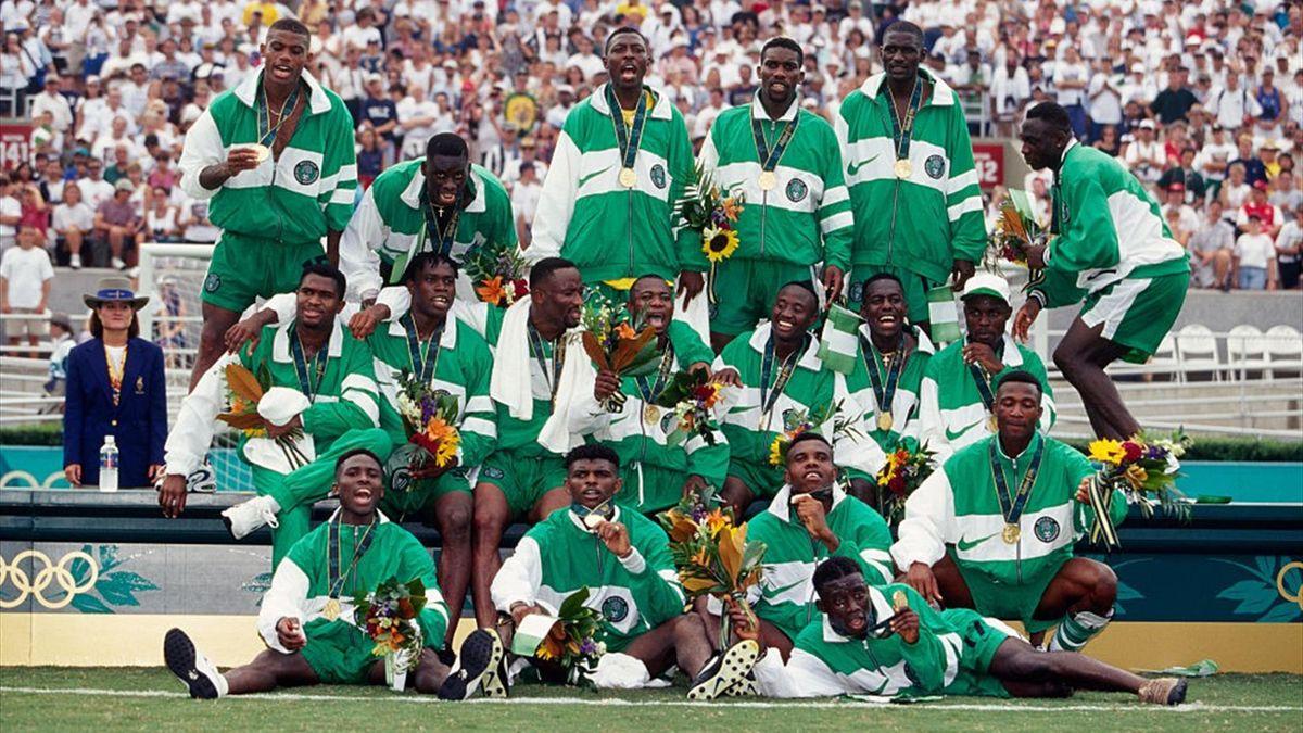 Het Nigeriaanse team poserend met hun medailles.