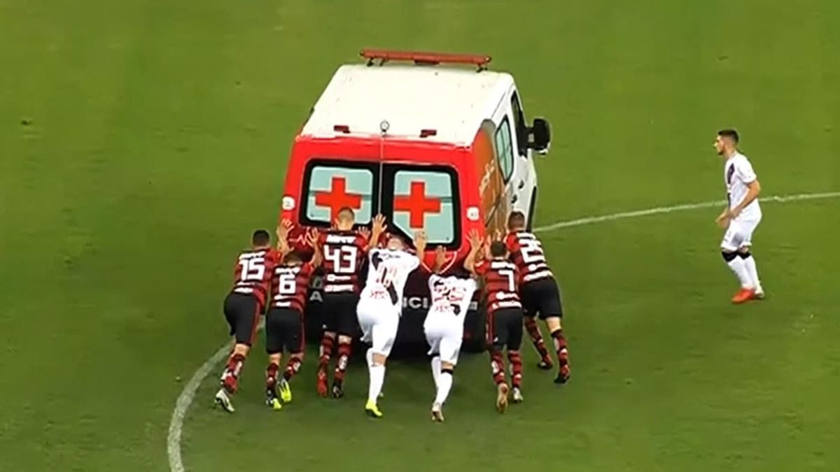 Vasco and Flamengo footballers have to push an ambulance on the pitch (SNTV)