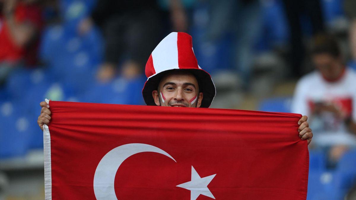 Фанат сборной Турции перед матчем открытия Евро-2020 против сборной Италии