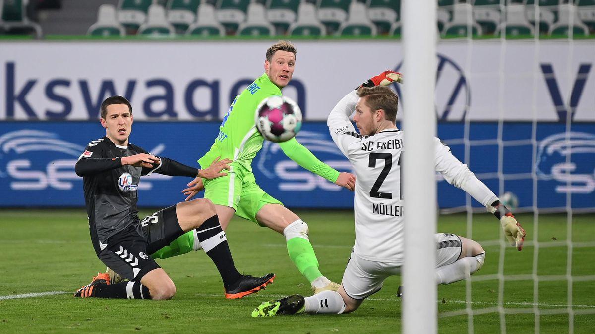 Wolfsburgs Wout Weghorst (mitte) trifft gegen den SC Freiburg