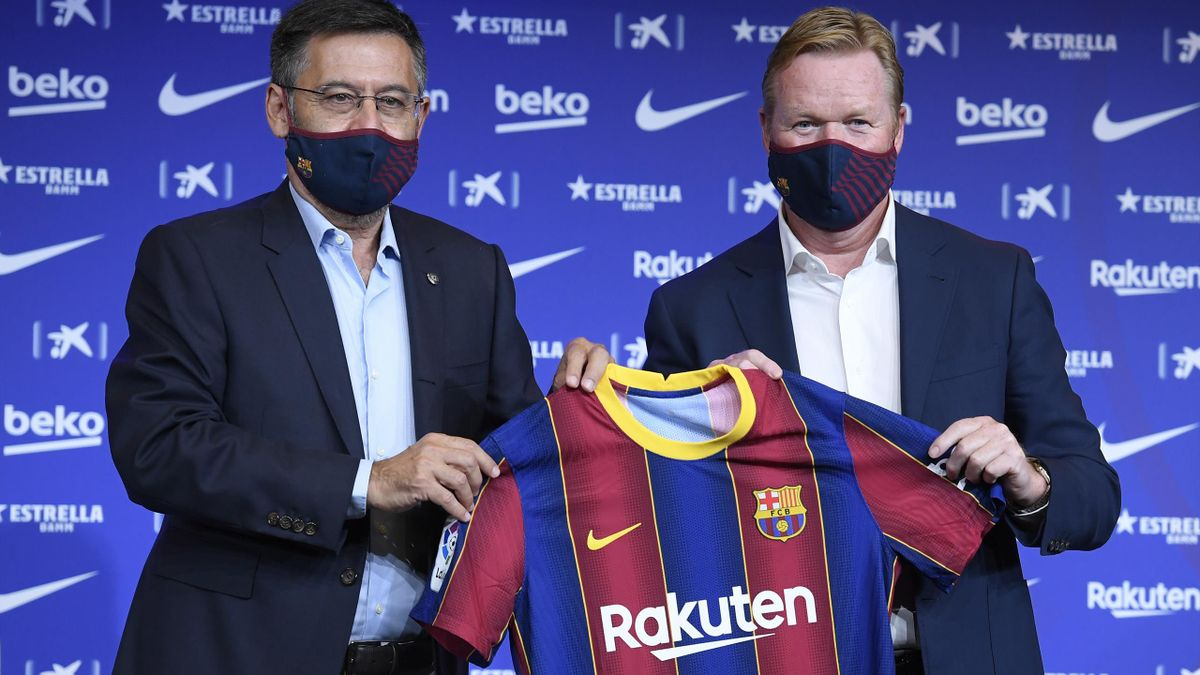 Barcelona's new Dutch coach Ronald Koeman (R) poses with the president of the club Josep Maria Bartomeu (L) during his official presentation at the Camp Nou stadium in Barcelona on August 19, 2020