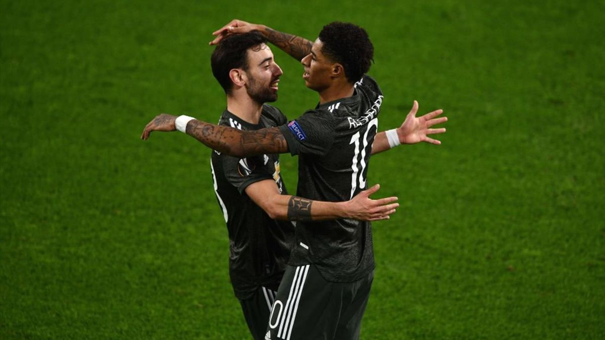 Marcus Rashford of Manchester United (R) celebrates a goal with teammate Bruno Fernandes