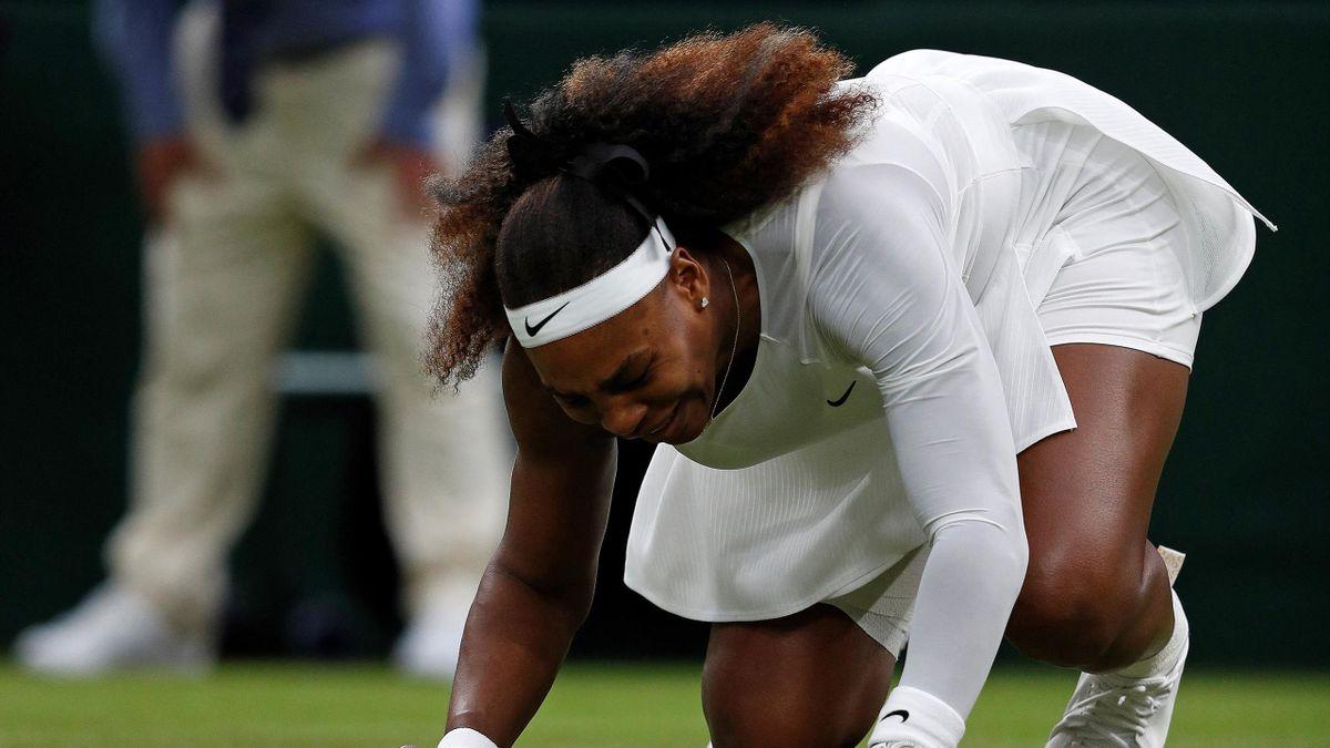 Serena Williams à terre lors de son match du 1er tour à Wimbledon 2021