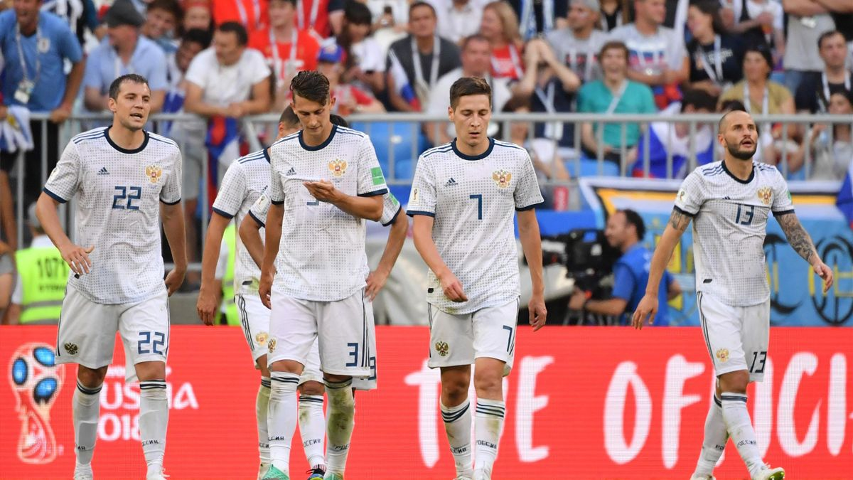 Игроки сборной России в конце матча Уругвай – Россия (ЧМ-2018, Самара)