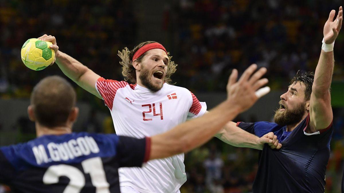 Mikkel Hansen tijdens de olympische handbalfinale tussen Denemarken en Frankrijk