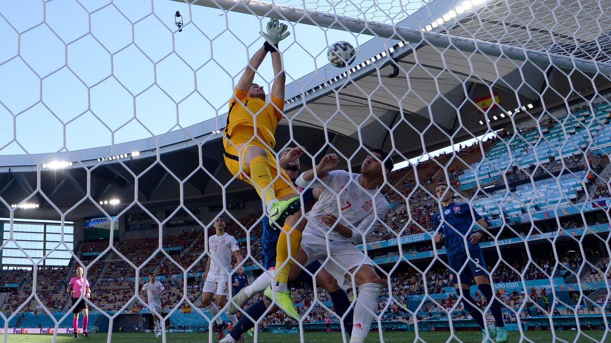 Gol del portero Martin Dubravka en propia puerta en el partido Eslovaquia-España