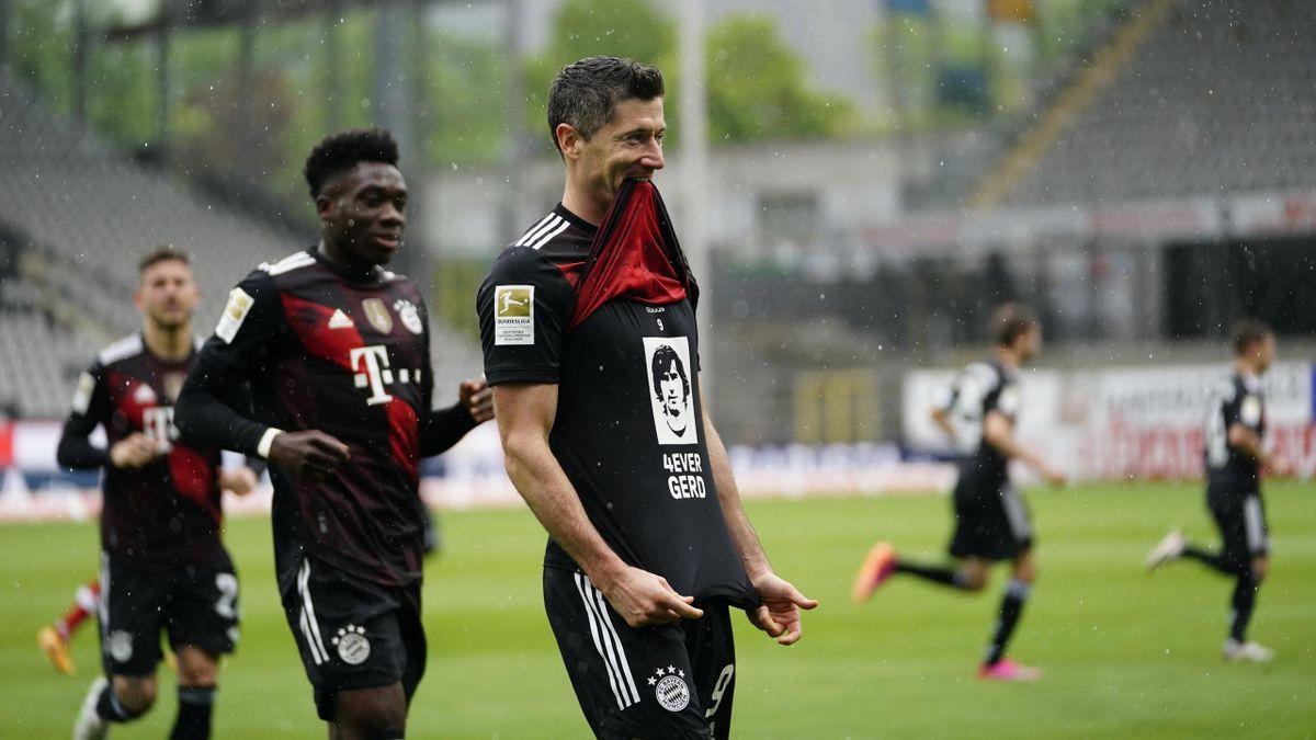 Robert Lewandowski ehrt Gerd Müller mit einem T-Shirt (Foto: Twitter/@FCBayern)