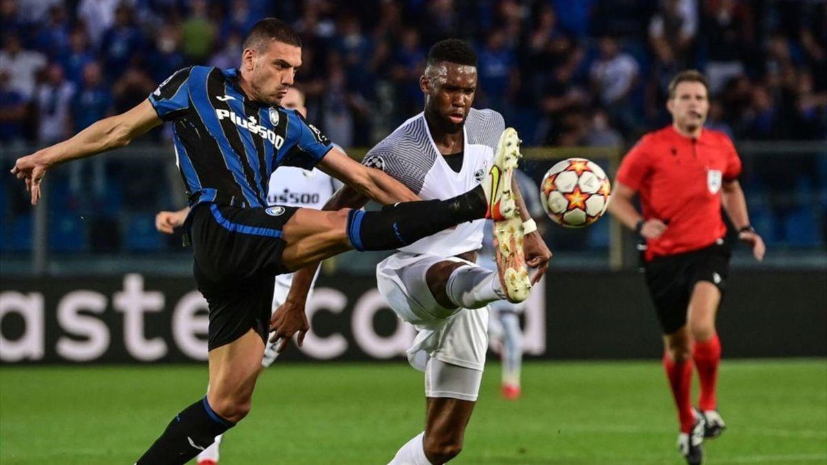 Demiral impegnato in un disimpegno durante Atalanta-Young Boys - Champions League 2021/2022