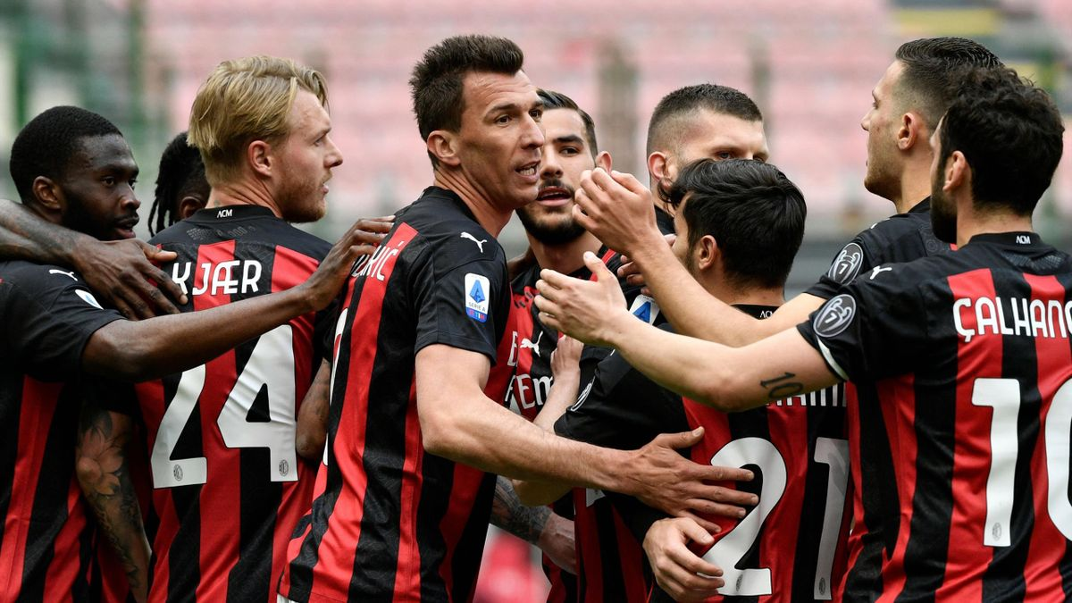 Mario Mandzukic festeggia insieme ai compagni in Milan-Genoa