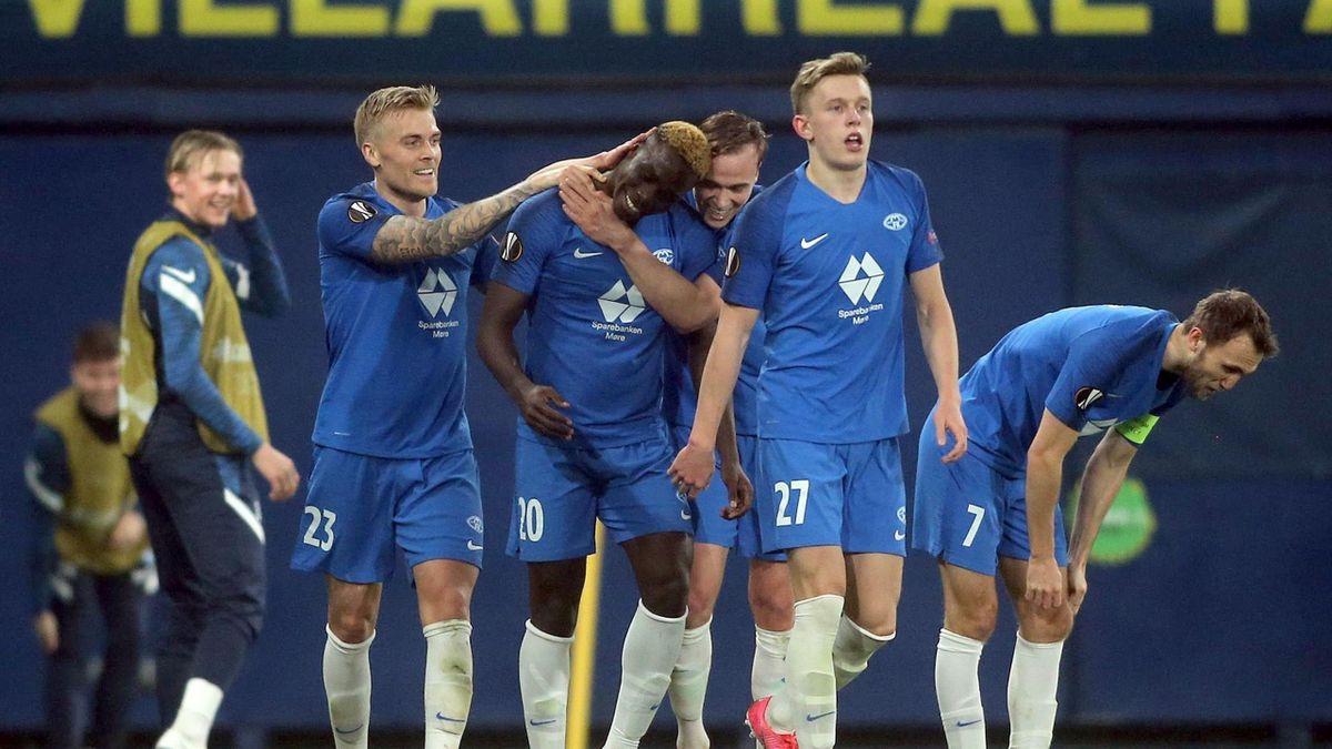 Molde-spillerne jubler etter David Datro Fofanas (i midten) 3-3-scoring.