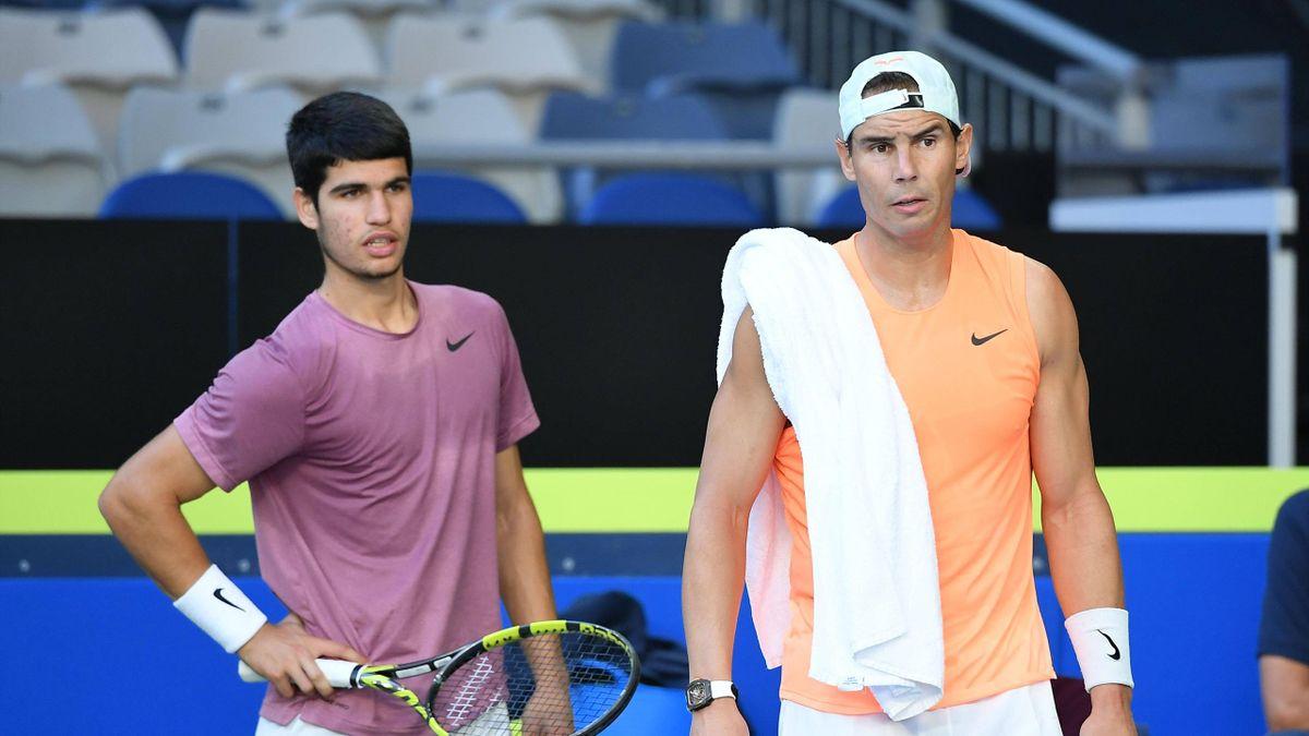Carlos Alcaraz con Rafael Nadal: Alcaraz, 18 anni il prossimo mercoledì, sfiderà Rafa per la prima volta in carriera proprio nel giorno del suo compleanno