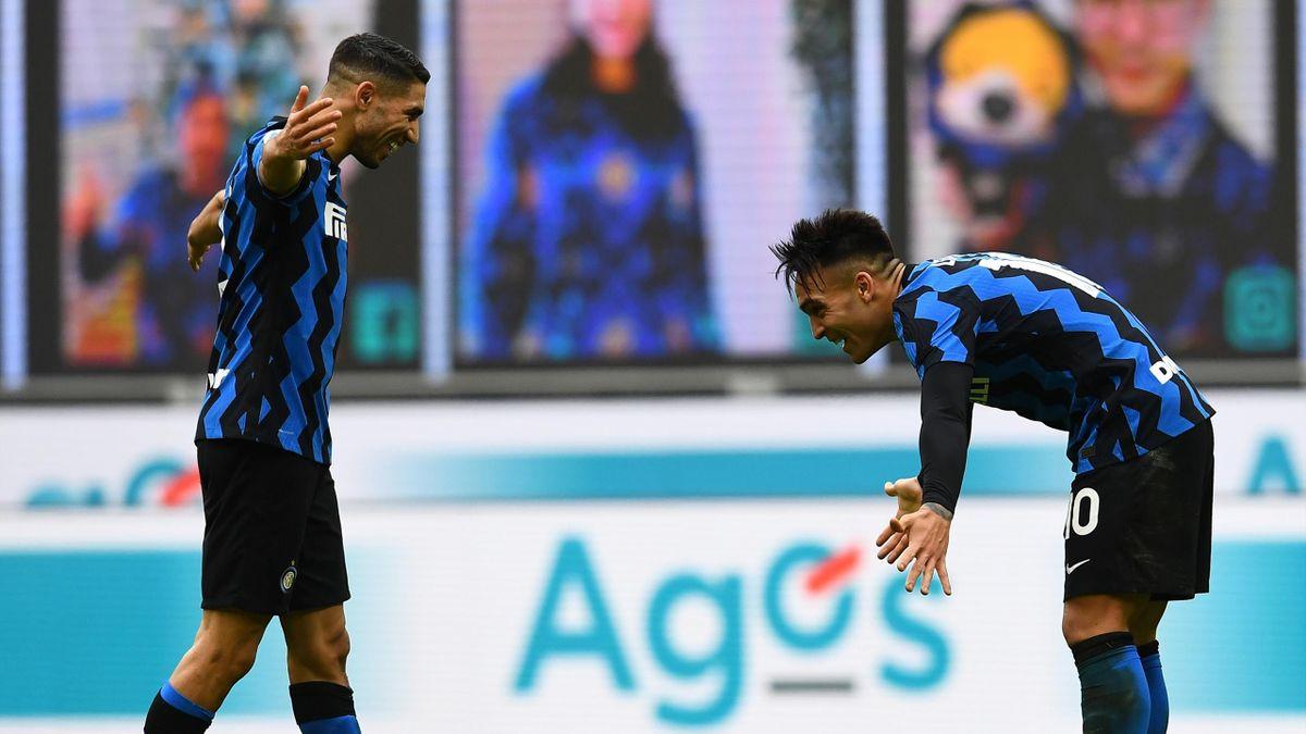 Achraf Hakimi et Lautaro Martinez célèbrent la victoire de l'Inter Milan contre Crotone en Serie A
