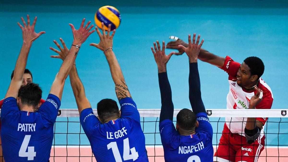 Le smash de Wilfredo Leon (Pologne) face à la France en finale pour la 3e place de l'Euro de volley 2019