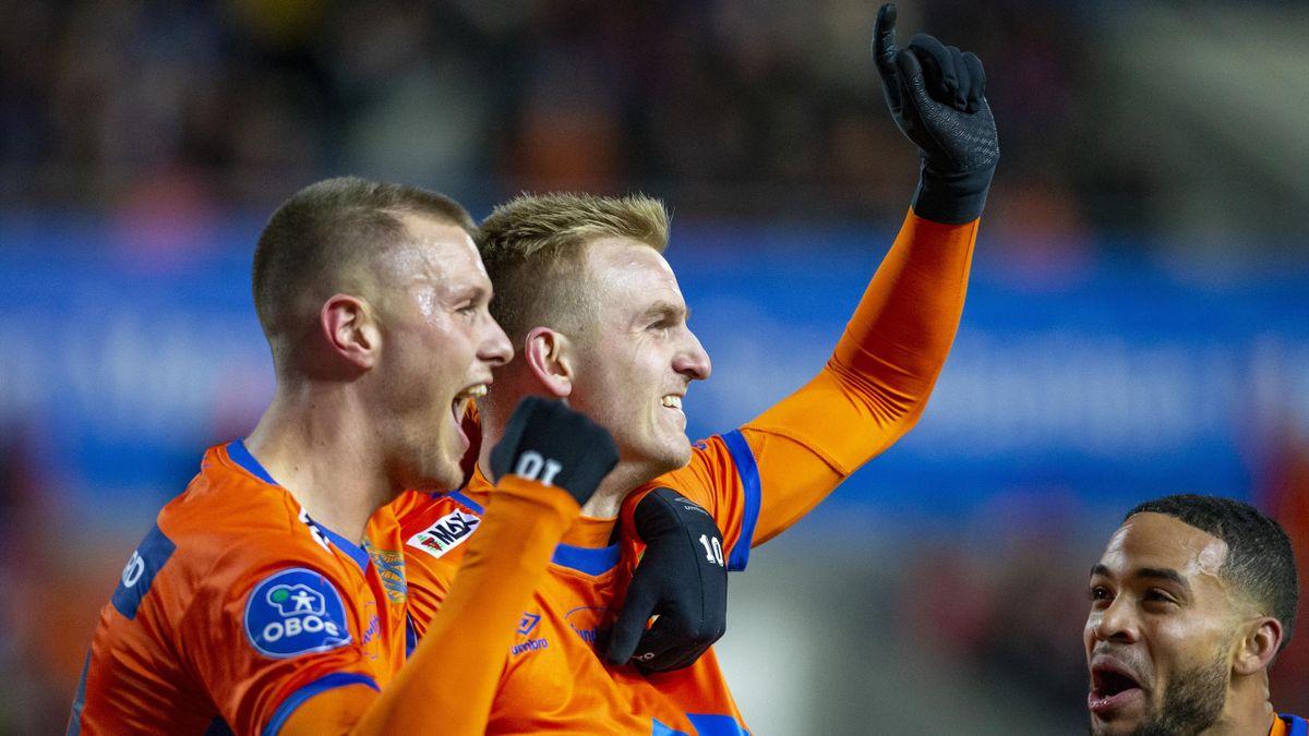 Torbjørn Agdestein jubler for AaFK-scoring mot Sandefjord i 2019. Her med Hólmbert Fridjónsson og Jernade Meade (th).