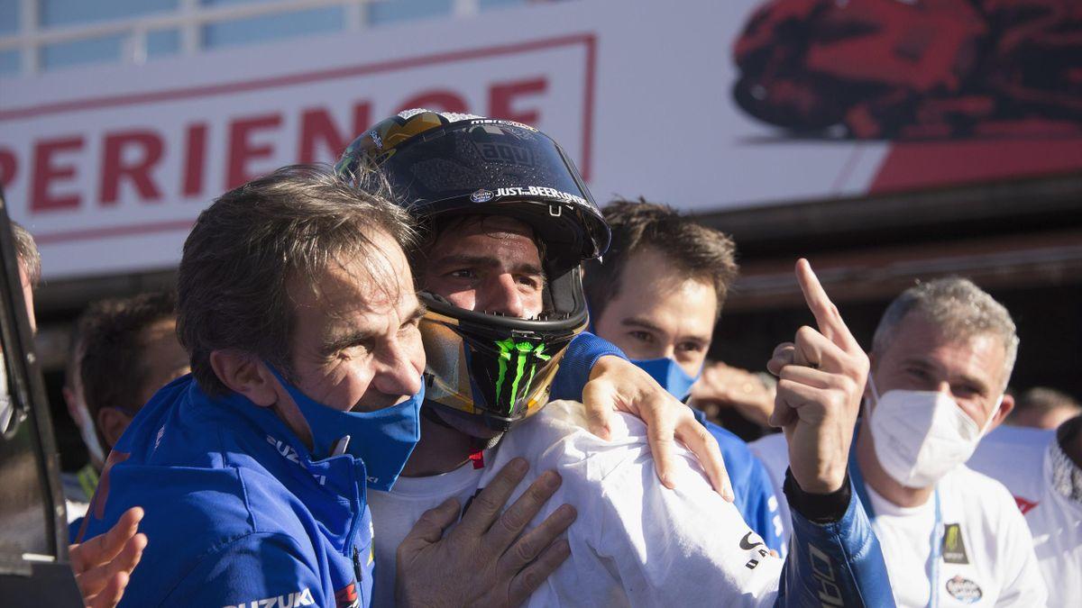 Davide Brivio félicite Joan Mir, champion du monde avec Suzuki, en 2020