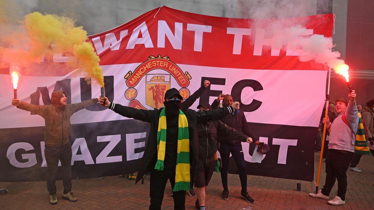 Fanii lui Manchester United protestează în fața stadionului Old Trafford